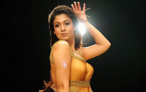 Nayantara-latest-bikini-still-563x353